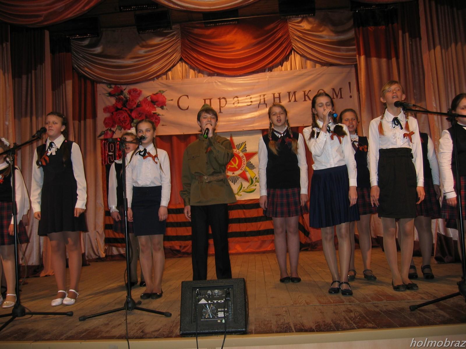 Выступает хор солист А.Стадницкий 8 мая